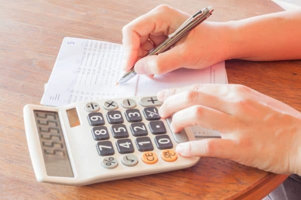 Learn to budget your paycheck and take control of your finances. This unique combination budgeting method really works. Click to learn more! #budgeting101 #paychecktopaycheck #budgetbypaycheck #simplemoneymom